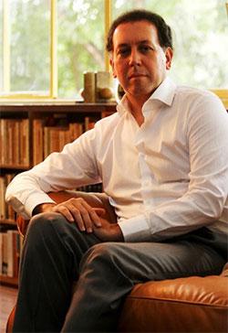 O poeta Felipe Fortuna na sua casa em Brasília